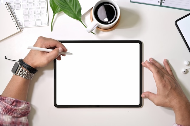 トップビュー男の描画とデジタルディスプレイグラフィックタブレットの操作