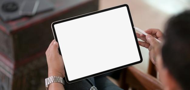 彼のプロジェクトに取り組んでいる間空白の画面デジタルタブレットを使用して実業家のトリミング