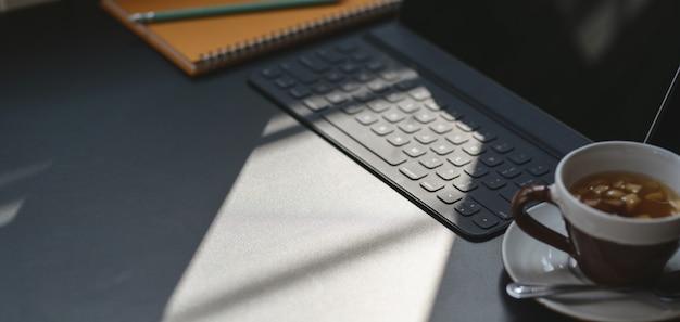 コピースペースと日光とタブレットとオフィス用品とトレンディな職場のショットをトリミング