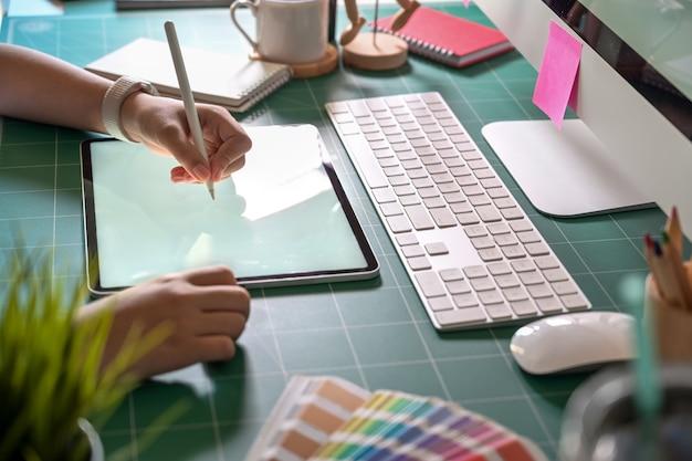 Графический дизайнер работает в студии