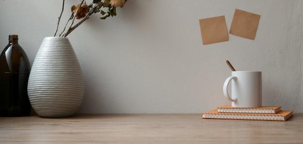 事務用品と木製のテーブルと付箋のコピースペースと乾燥したバラとビンテージのワークスペース