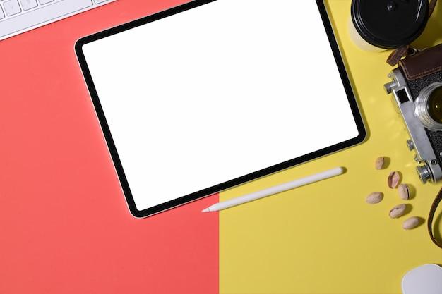 Офис красочный рабочий стол и макет планшета