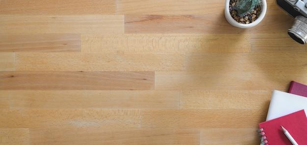 木製のテーブルにコピースペースとオフィス用品と現代の職場