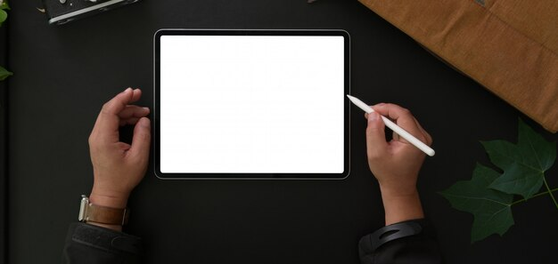 空白の画面のラップトップコンピューター現代の職場で働くビジネスマンのトップビュー