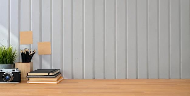 木製のテーブル白い板壁にカメラとコピースペースを持つビンテージ写真家職場