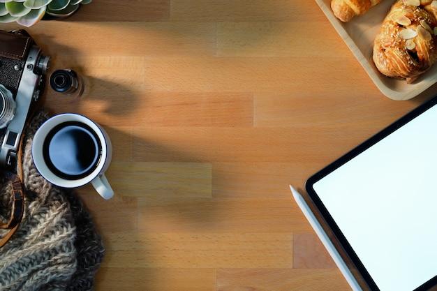 クリエイティブフォトグラファーのワークスペースビンテージカメラ、映画、コーヒー、コンピューター