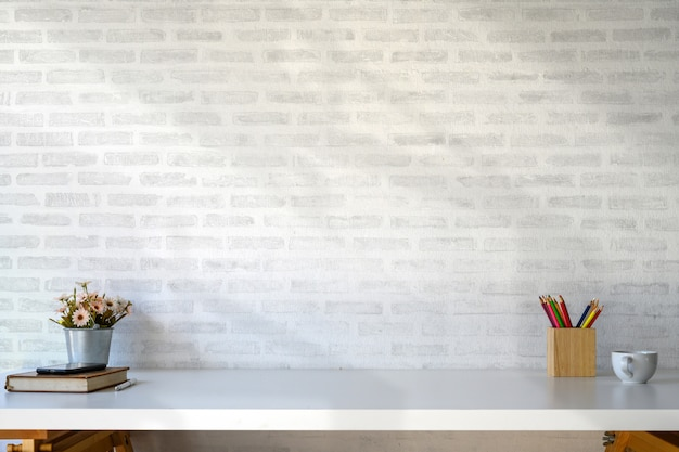 Белое рабочее пространство таблицы с поставками и копией пространства.
