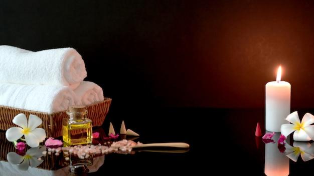 Крупным планом вид санаторно-курортного лечения и расслабиться концепции с белым полотенцем, свечой и ароматическим маслом