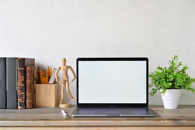 Лофт рабочее пространство с пустой белый экран ноутбука и творческих гаджетов.