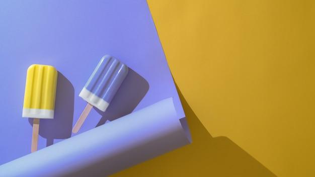 Накладные выстрел из двух красочных фруктовое мороженое в творческой минимальной летней концепции