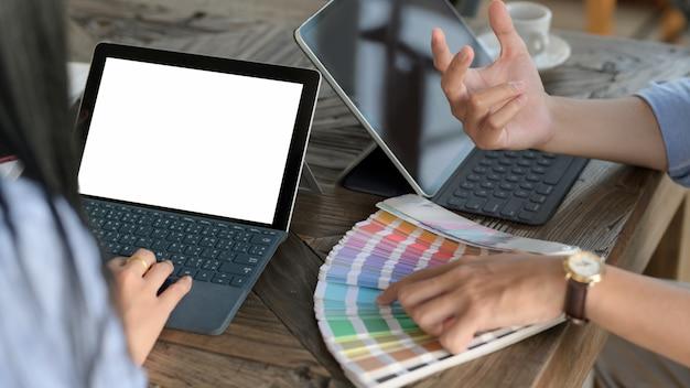 Крупным планом вид молодой профессиональный дизайнер команды, выбирая цвет для своего проекта