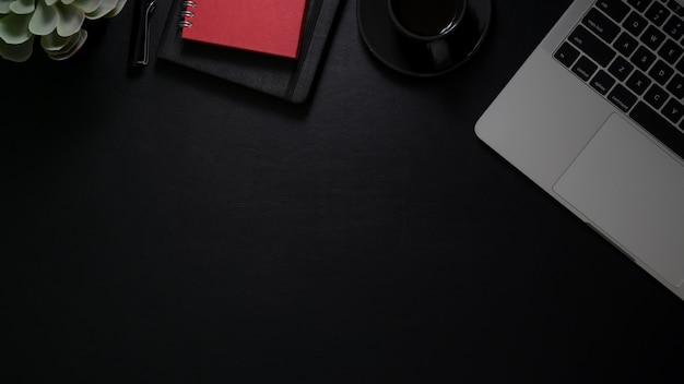 ラップトップコンピューター、ノートブック、コーヒーカップ、コピースペースを持つワークスペースの平面図