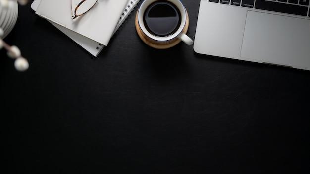 ラップトップコンピューター、ノートブック、眼鏡、コーヒーカップとワークスペースのオーバーヘッドショット