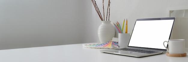 空白の画面、デザイナー用品、装飾、コピースペースがある最小限のワークスペースのクロップショット