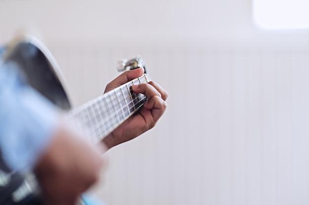 ギターを弾く男。ギターを弾く練習