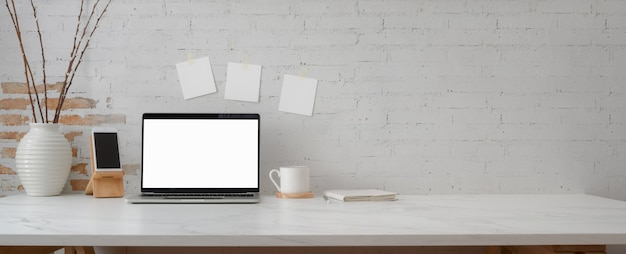 Минимальное рабочее пространство с ноутбуком, смартфоном, украшениями и копией пространства