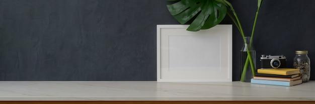 リビングルームの大理石の机の上のスペースと装飾をコピーします。
