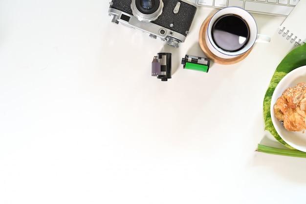 Белый стол офисный рабочий стол с планшета, старинные камеры, объектив, компьютер