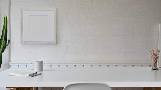 スカンジナビアのワークスペースの白いテーブルとコピースペース。