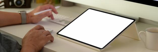 Человек, работающий на пустой экран планшета