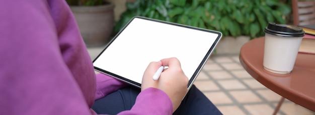 タブレットで情報を読んでいる女子大生の写真をトリミング