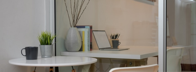 Современный интерьер кабинета с белым кружком рядом с белым рабочим столом
