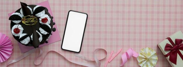 Розовый фон с смартфон, торт, украшения