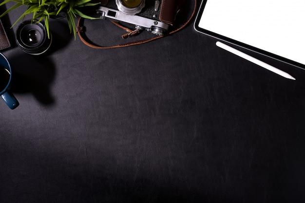 Рабочий стол фотографа хипстера темной кожи рабочего стола