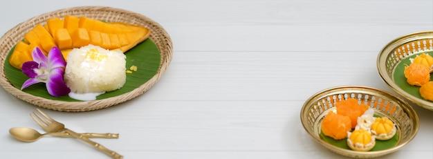木製トレイと真鍮トレイで提供するタイの伝統的なデザート