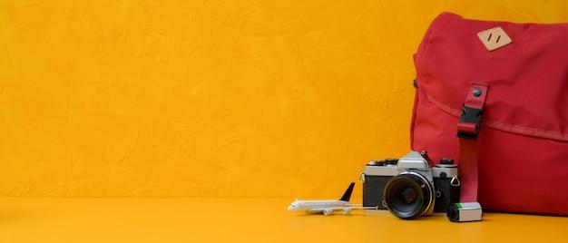 Концепция подготовки путешествия с камерой, рюкзаком, аксессуарами и копией пространства