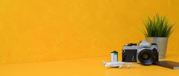 Концепция подготовки путешествия с камерой, паспортом, украшениями и копией пространства