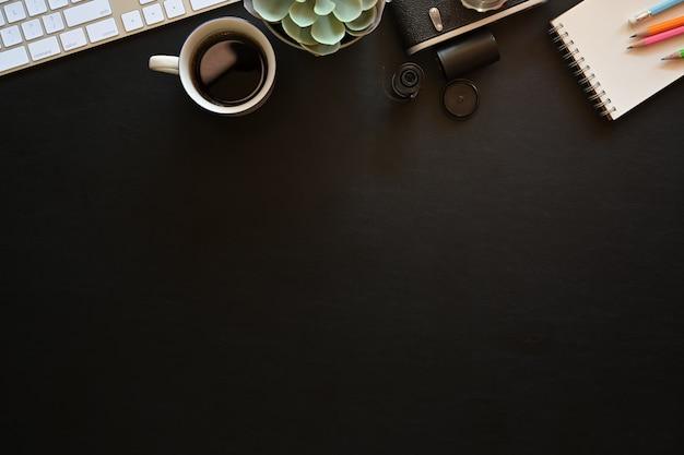 Стол офисный стол с творческими материалами. рабочая область дизайнера
