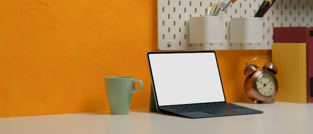 マグカップ、コピースペース、文房具、装飾が施されたタブレットのスタイリッシュなワークスペース