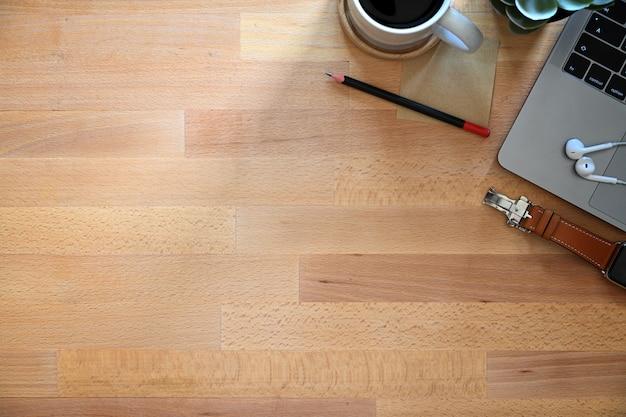 事務職場の木製テーブルウィット事務用品とコピースペース