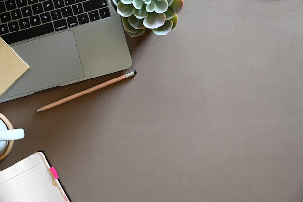 事務用品と茶色のデスクトップワークスペース