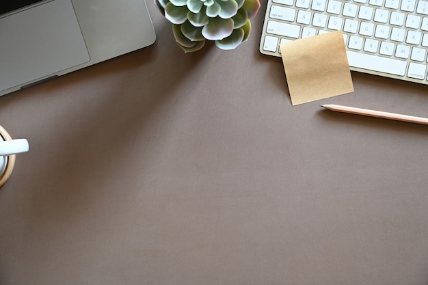 Коричневый рабочий стол с офисными принадлежностями