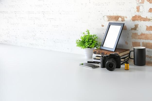 大理石の机とコピースペースにモックアップポスターとホームスタジオのアクセサリー。