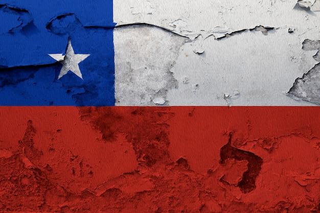 グレーの割れた壁に塗られたチリの国旗