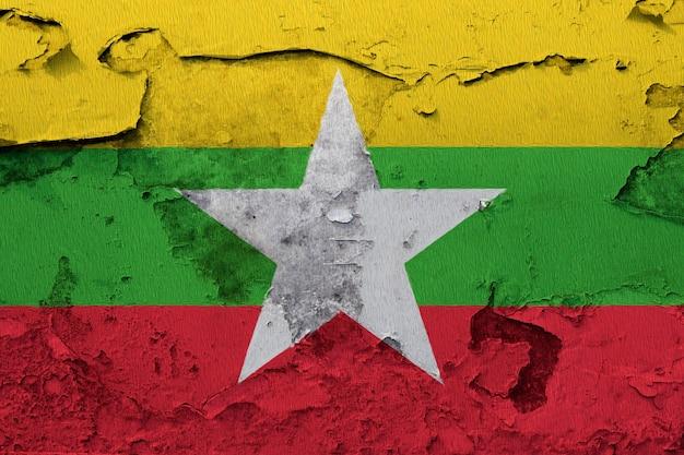 コンクリートの壁にビルマ/ミャンマーの国旗を描いた