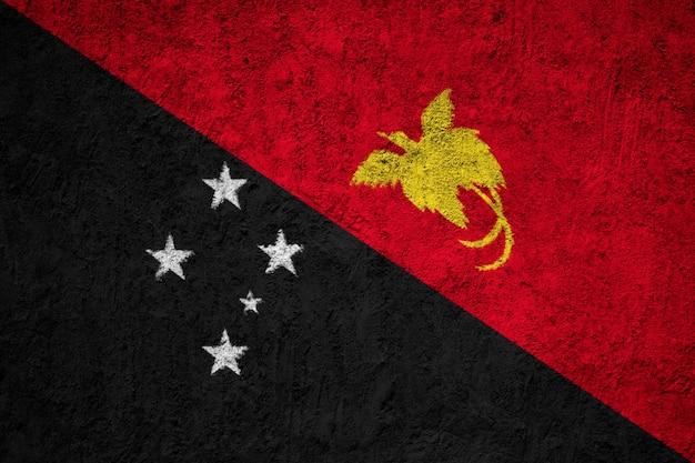 コンクリートの壁にパプアニューギニアの国旗を塗った