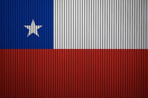 コンクリートの壁にチリの国旗を塗った