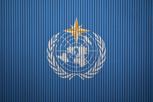 コンクリート壁面上の世界気象機関の塗装済み旗