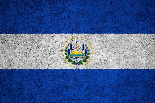コンクリートの壁にエルサルバドルの国旗を塗った