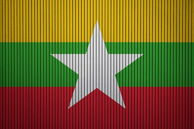 コンクリートの壁にミャンマーの国旗を描いた