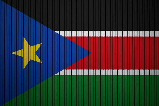 コンクリートの壁に南スーダンの国旗を塗った