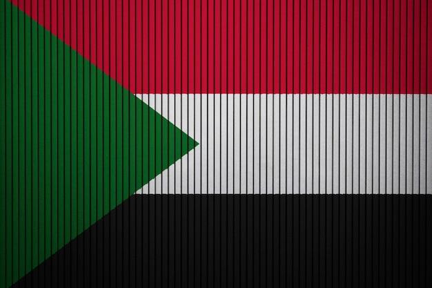 コンクリートの壁にスーダンの国旗を塗った