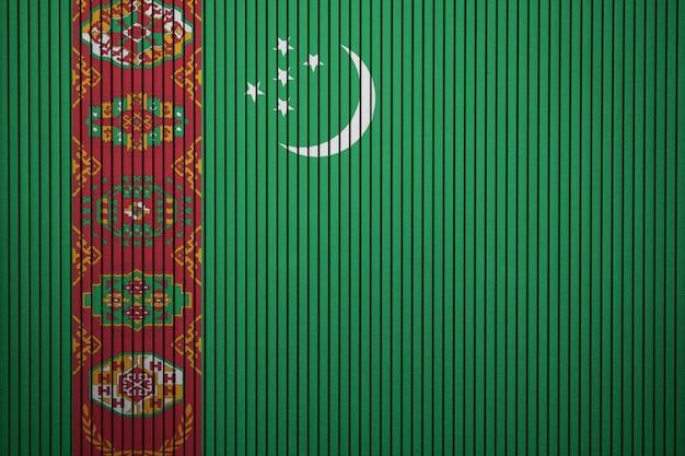コンクリートの壁にトルクメニスタンの国旗を描いた