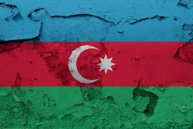 ひびの入ったコンクリートの壁に描かれたアゼルバイジャンの国旗