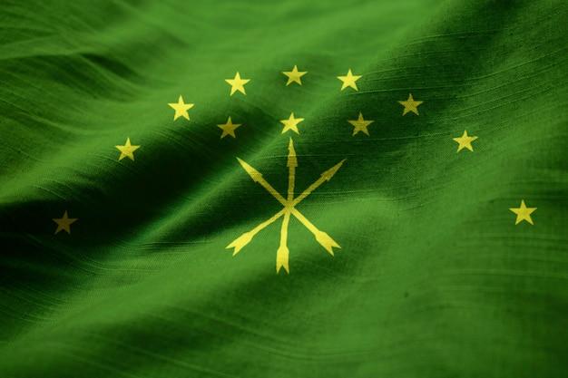 風に吹かれてアディゲの波立たせられた旗