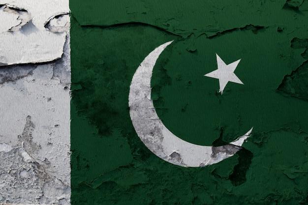 ひびの入ったコンクリートの壁に描かれたパキスタンの国旗